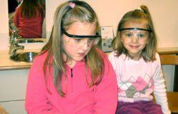 Kinder mit Schutzbrillen